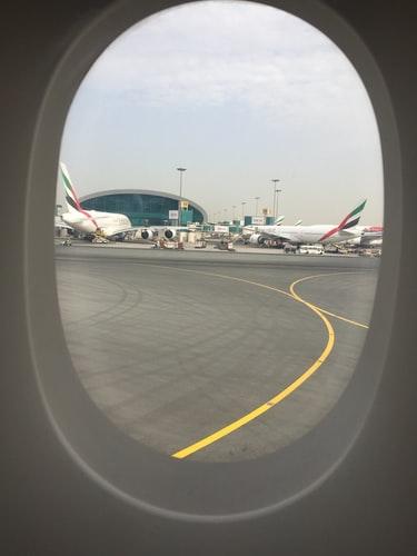窓から覗く飛行機